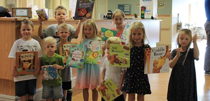 kids deliver books to jmh